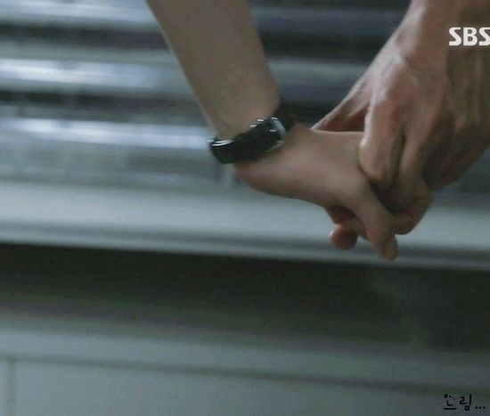 This was the cutest screen. You're All Surrounded drama  | Hands of encouragement