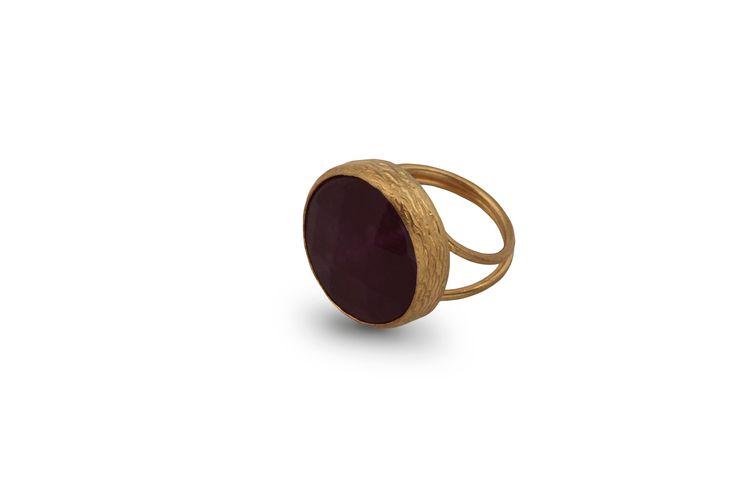 Δαχτυλίδι από επιχρυσωμένο μπρούντζο και ημιπολύτιμη μωβ πέτρα.