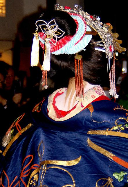 Kiseragi Tayuu  April 1st was the Tayuu Douchu, in which two Tayuu (Kiseragi Tayuu and Furisode Tayuu) held a small parade down Takasegawa and then held a small ceremony.    Tayuu were the highest rank of courtesan in Kyoto.