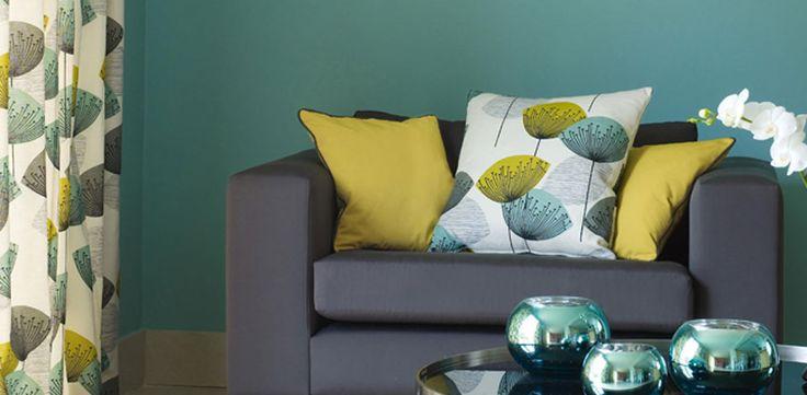 Детали декора: красочная обитая мебель, шторыподушки, обои…matching curtains and pillpws. wall color