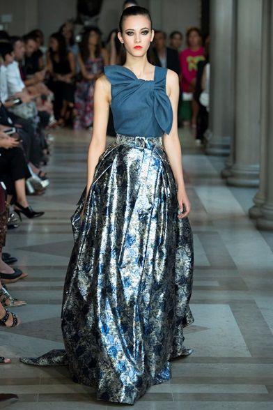 Guarda la sfilata di moda Carolina Herrera a New York e scopri la collezione di abiti e accessori per la stagione Collezioni Primavera Estate 2017.