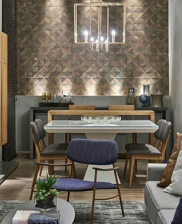 Ambiente contemporâneo, parede com revestimento @ceramicaportinari tridimensional imitando aço corten e luminária com…
