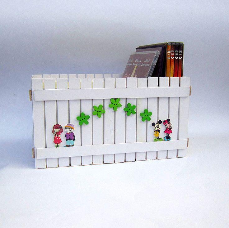 Box na DVD Originální dřevěný dvojitý box na DVD nebo cokoliv jiného, zdobený nalepeným malým plotem. Box je uvnitř natřen barvou vodou ředitelnou, bezpečnou pro děti. Plot je ruční výroba, nestejná výška jednotlivých dřevíček je záměrem. Velikost: 26 x 18 x 14 cm