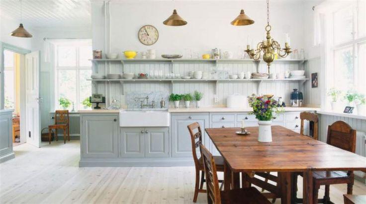 Lantlig dröm. Öppna hyllor och ljusa färger ger det lantliga köket en hemtrevlig känsla. De rökgrå skåpen Sundby kommer från Kvänum.