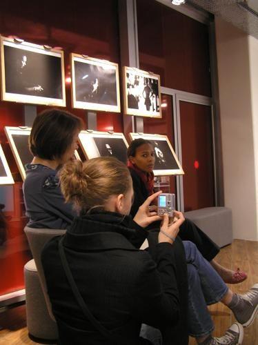 Défaut+d'attention+(bel+exemple+de+photo+ratée)+:+ <BR> <BR>mon+idée+était+de+prendre+la+jeune+photographe+en+train+de+photographier+l'auteur+(en+l'occurrence+Camille+Laurens)+qui+était+hier+l'invitée+d'une+rencontre+Fn*c+;+j'avais+vaguement+l'idée+d'un+billet+pour+mon+blog+afin+de+me+moquer+de+moi-même+et+des+autres,+quand+on+photographie+de+façon+intempestive.+ <BR>C&#039...