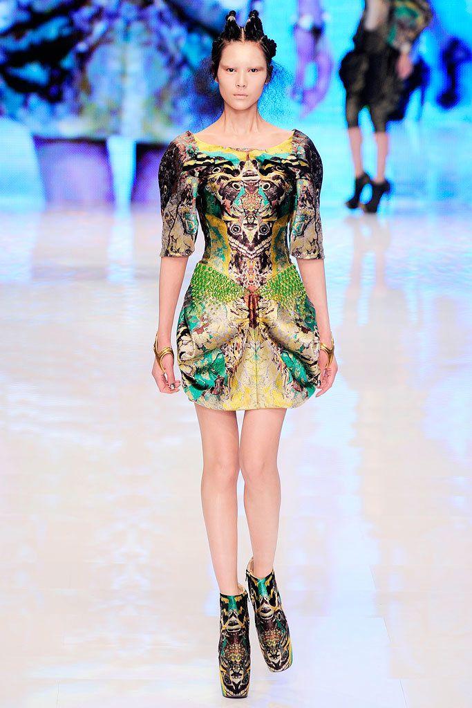 Alexander McQueen Spring 2010 Ready-to-Wear Fashion Show - Liu Wen (Elite)