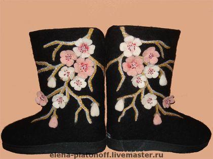 Ветка сакуры. Черные валенки ручной валки на подошве, сзади V образный разрез, цветки выполнены из цветного розово-белого войлока, серединка украшена бисером. Цветки пришиты к валенку, веточки прорисованы водоотталкивающей краской.