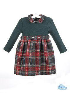 Vestido de bebé de lana y cuadros escoceses Vestido de bebé que combina el cuerpo de manga larga tejido en lana en punto bobo y la falda en cuadros escoceses .Ajusta en la cintura con un cinturón con dos botones y el cuello del vestido es tipo bebé de cuadros a juego con la falda http://www.pequesybebes.es/vestidos-bebe-nina-invierno/300-vestido-bebe-lana-cuadros-escoceses-invierno.html
