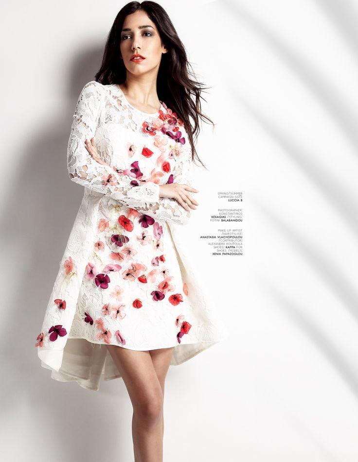 Dress Bouquet| Εκρού φόρεμα ή νυφικό με υπέροχη Kippur δαντέλα, επενδυμένο με τούλι, θηλυκό, ρομαντικό με κομψά μανίκια διάφανα και ασύμμετρη φούστα Antoinette. Τα χειροποίητα λουλούδια του δίνουν χρώμα και στυλ. Τολμήστε και κάντε τη διαφορά. Material: Kippur Lace
