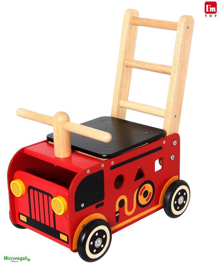 Carrellino Cavalcabile in Legno POMPIERI cm 40x25x44 per bambini. Primi Passi. Età 12 Mesi. I'm Toy.I'm Toy sono giochi e giocattoli prodotti in Thailandia, sono Eco Friendly poiche' utilizzano legno di alta qualita' degli alberi della gomma che non sono piu' produttivi e vengono quindi abbattuti. In questo modo si da nuova vita al legno.