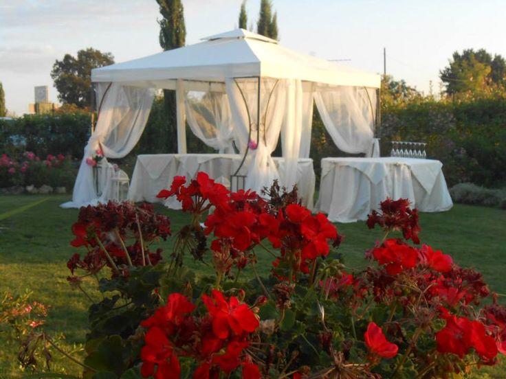 Un romantico gazebo con candide tende che volano al vento per i cocktail e gli aperitivi durante uno dei nostri matrimoni, pranzi di nozze nel nostro ristorante romantico tra Siena e San Gimignano.