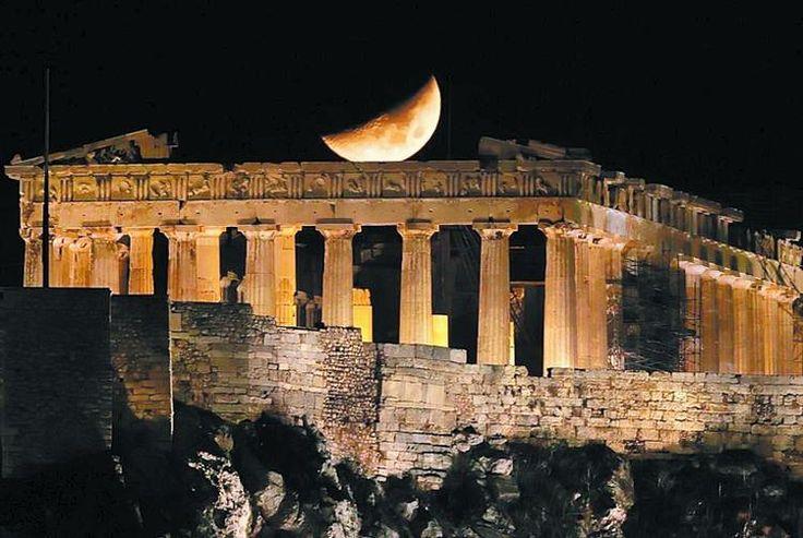 La Acrópolis de Atenas, «la roca sagrada», es una meseta caliza de 270 metros de longitud y 85 de anchura, situada a 156 metros sobre el nivel del mar, que contiene los monumentos más famosos de la #Grecia clásica: el Partenón, el Erecteion, los Propileos y el templo de Atenea Niké y representa el símbolo universal del espíritu y la civilización clásica. Fue declarada por la UNESCO Patrimonio de la Humanidad en 1987.