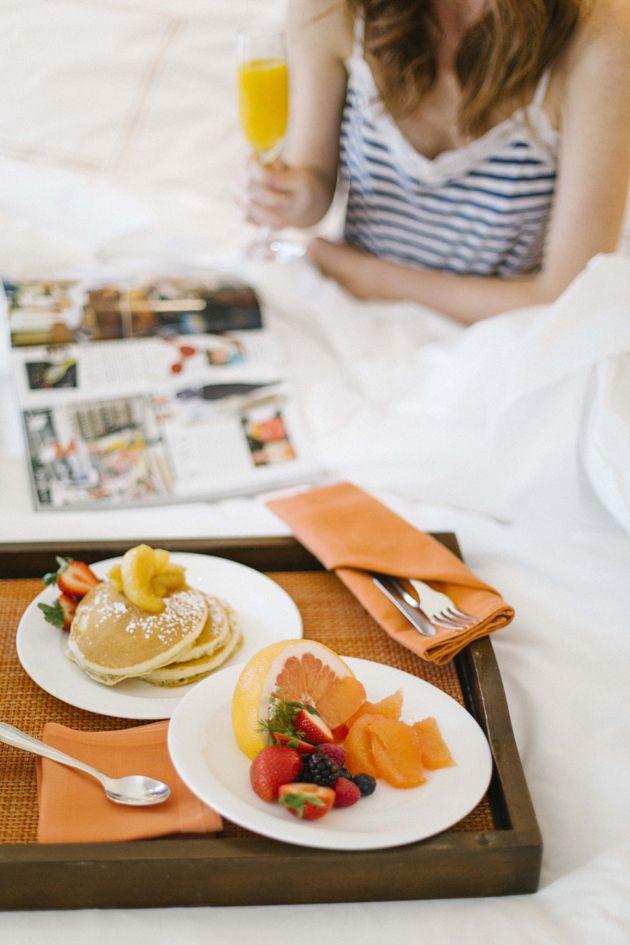Desayuno y mamada en la cama - Canalpornocom