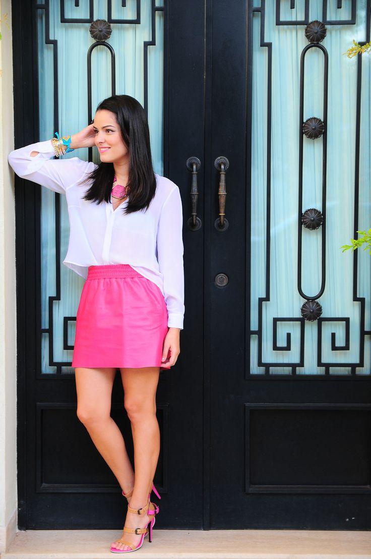 A blogueira Mariah Bernardes tem um estilo que eu gosto bastante e esse look é super fofo - e não tem nada de complicado.. Uma saia pink com camisa branca, clássica e um colar pra completar.