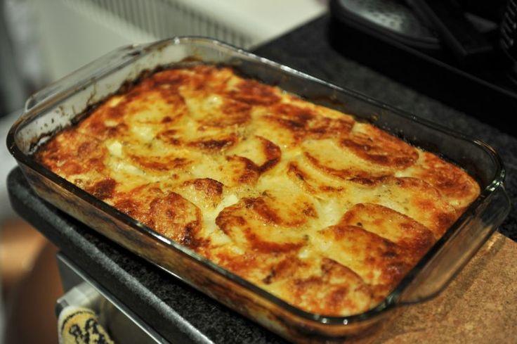 Ecco il contorno ideale: speciali patate cotte al forno con panna e parmigiano, perfette per accompagnare piatti di carne e pesce.