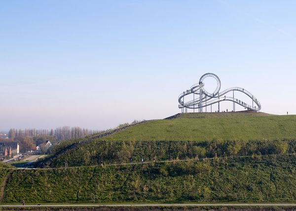 "© Heike Mutter e Ulrich Genth, ""Tiger & Turtle - Magic Mountain"", fotografia de: Guido Erbring, Landmarke Angerpark, Diusburg. Um projecto da Capital Europeia da Cultura RUHR, 2010."