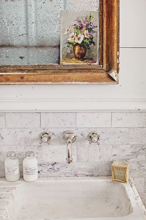 Gorgeous bathroom makeover by Dreamy Whites / Hermosa transformación de baño // casahaus.net