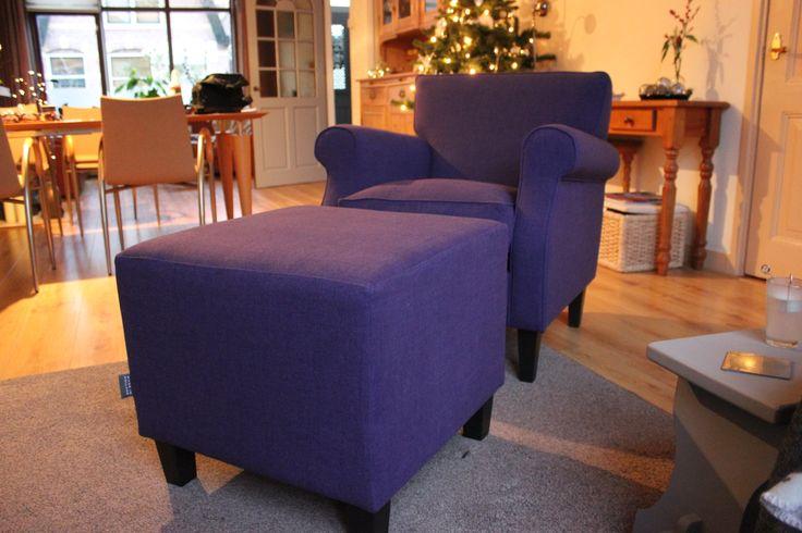 Type fauteuil Max in een prachtige diep paarse stof uitvoering. Een voor zichzelf sprekend zitelement in de ruimte.