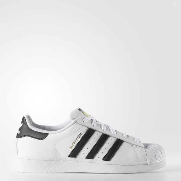 From basketball MVP to streetwear queen, the adidas Superstar shoe has been going strong since 1969. These women's sneakers are a faithful reproduction of the shell-toe shoe with a smooth leather upper riding on a rubber cupsole.