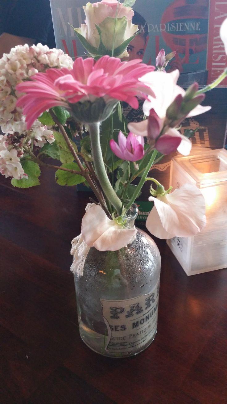 Des fleurs dans une jolie bouteille en verre vintage