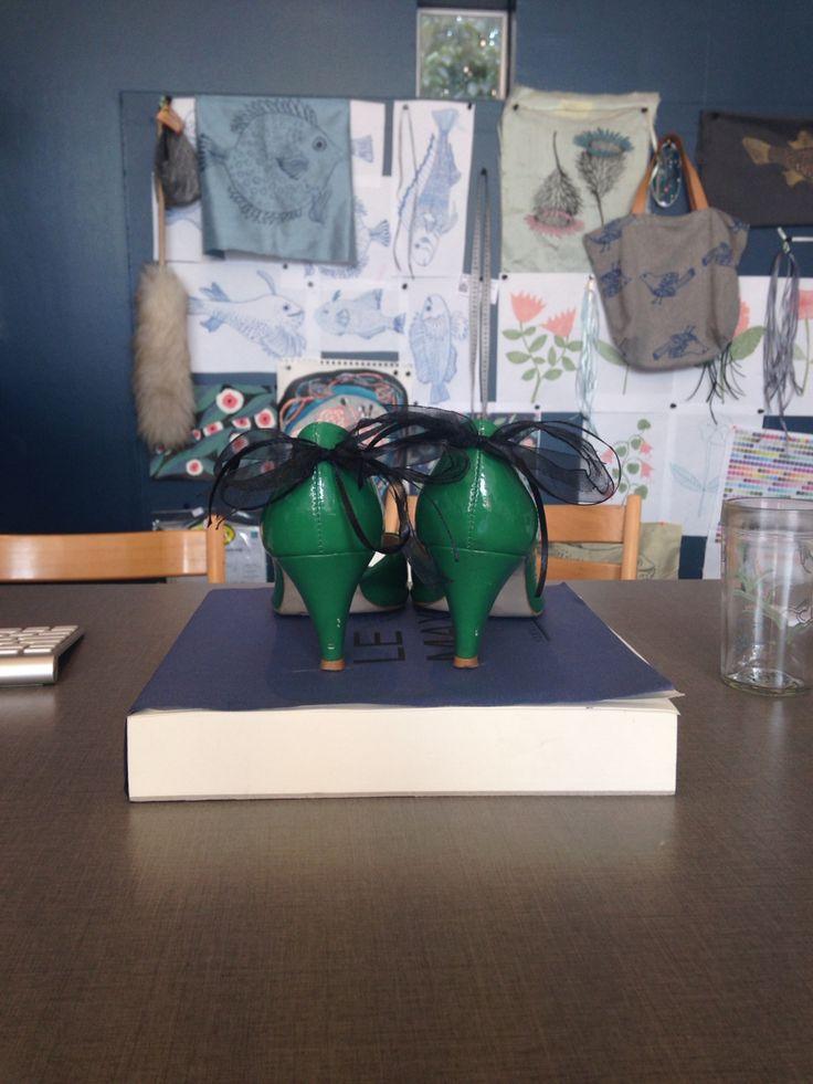Zapatos verdes Zara con cinta negra diseñada por mi