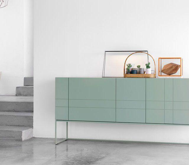 Minimalistisches grünes Sideboard, auch für kleine Räume. Die schlanken, hohen Füße lassen es luftig leicht wirken