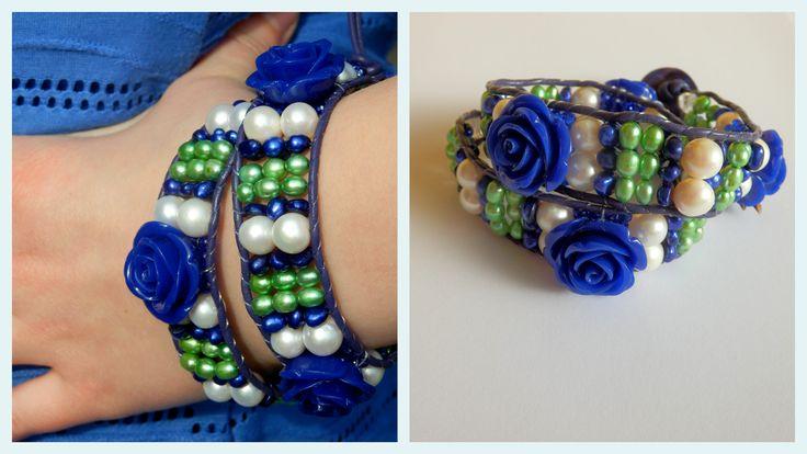 Armband van parel en halfedelsteen Leren armband voor tweemaal rond de pols, gemaakt van witte parel, groene- en blauwe parel en kristal. Echt leer, sluiting van parelmoer en bloemen van lucite. Ontworpen en gemaakt in Wassenaar.