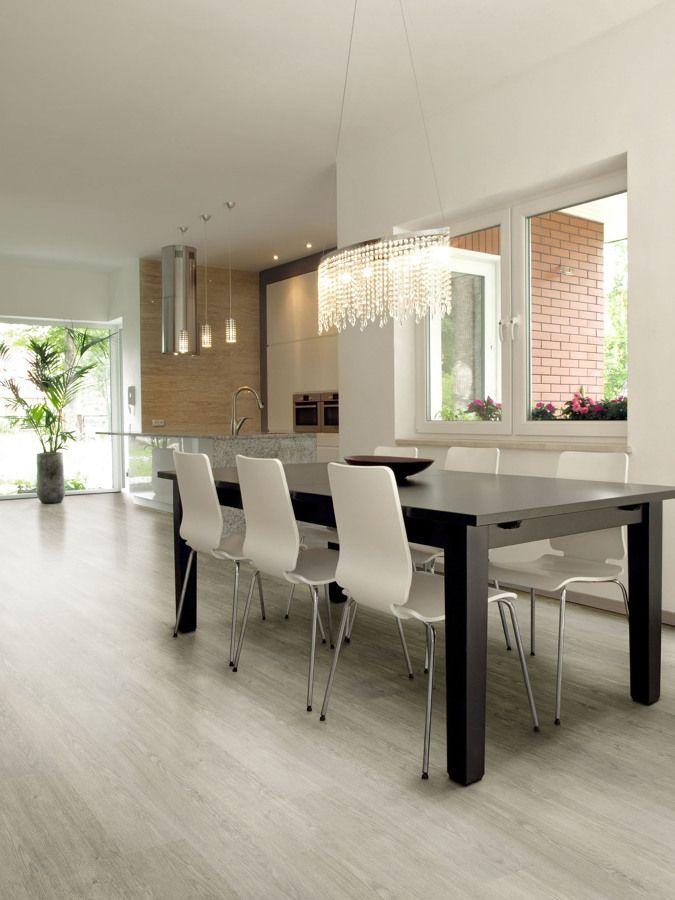 O piso vinílico é uma excelente opção para os quartos nessa cor imitando cimento queimado.