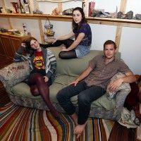 Compran sofá viejo, encuentran 40 mil dólares y los regresan a su dueña.