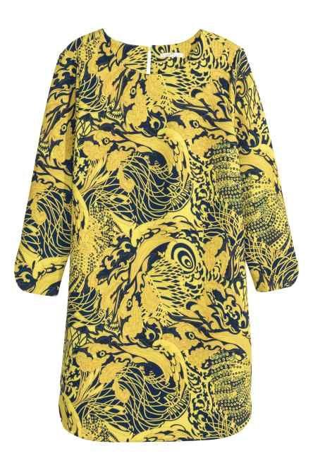 Vestido camisero largo: Vestido camisero largo y recto en tejido con estampado. Pequeño cuello elevado, botones delante, mangas largas, puños con botones y aberturas en los laterales. Sin forrar.