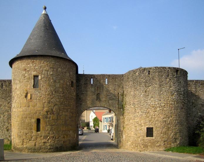 Rodemack (Photo Herman Oosterlynck) : le village médiéval classé aujourd'hui parmi les plus beaux villages de France fut autrefois le domaine de l'abbaye de Fulda du IXe siècle puis domaine seigneurial au XIIe siècle. De ce glorieux passé, il reste une forteresse du XIVe siècle et des murs d'enceinte de 860 mètres de long. On peut pénétrer dans le village par la porte de Sierck, passer entre les deux tours rondes pour découvrir les ruelles pittoresques qui ont conservé...
