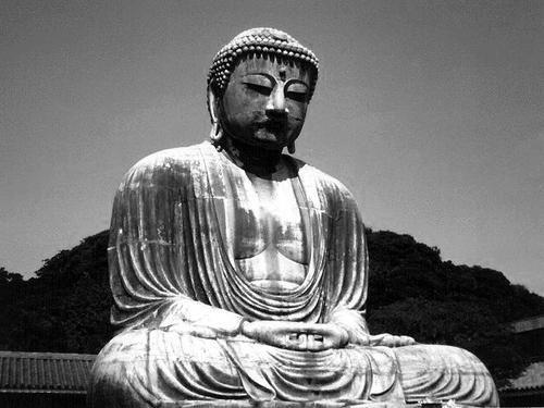 Les Majoritaires    Moins élitistes, plus proches des laïcs, plus libéraux, ils doutent de l'infaillibilité attribuée par les Anciens aux saints moines. En revanche, ils regardent le Bouddha comme un être supra mondain, transcendant. Comme les laïcs ils déifient en quelque sorte le Bouddha, pour en faire un objet de culte