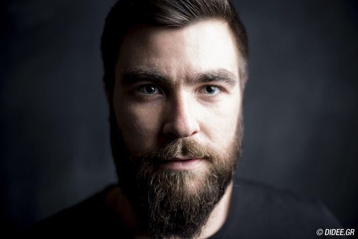 O Γαβριήλ Νικολαΐδης είναι Μarketing & Online PR manager στη HotelBrain, διατηρεί το δικό του blog coolartisan.net και μόλις δημιούργησε την πρώτη του σειρά T-shirts Dapper Guilt.