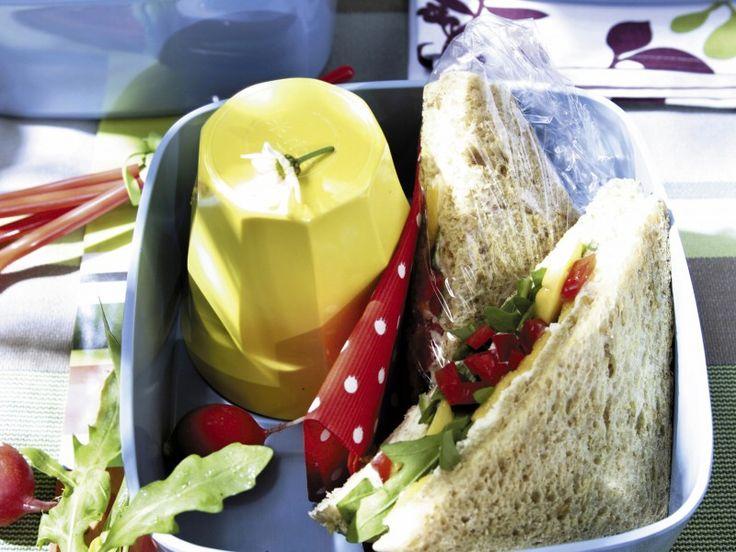 Een bank in het park, een deken op een grasweide, bestek en servetten. Om een leuke picknick te houden, heb je weinig nodig. En over het eten hoef je je ook geen zorgen te maken... Keuze genoeg in ons Super Picknick-menu! - Libelle Lekker!
