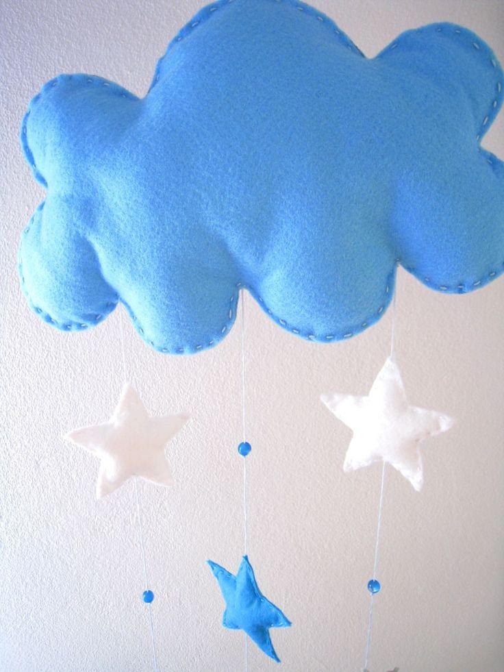 Chmurka z gwiazdkami to zestaw wykonany z mięciutkiego filcu, który zawiera poduszeczkę w kształcie chmurki w kolorze błękitnym. Do chmurki przymocowane są wiszące na sznureczkach gwiazdki w kolorze niebieskim, białym i szarym, a także oddzielające je koraliki.  Zestaw doskonale nadaje się do zawieszenia na ścianie lub przy dziecięcym łóżeczku. Świetnie prezentuje się także jako ozdoba okna  #filc #DIY #handmade #rękodzieło #ozdoby #felt #decoration