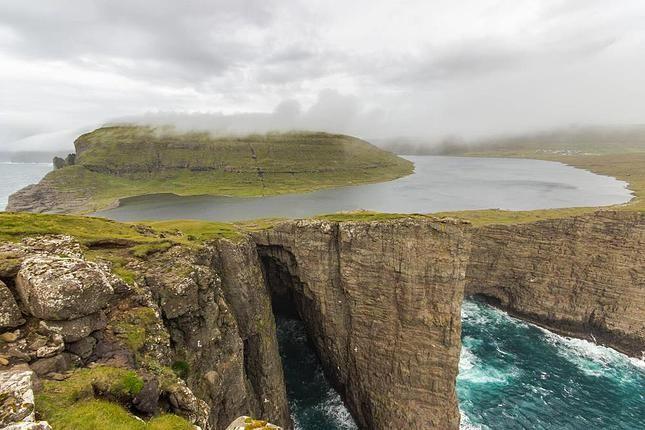Ce lac des Îles Féroé semble surplomber l'océan Atlantique