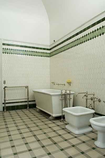 les 25 meilleures id es concernant salles de bains bleu jaune sur pinterest chambres bleu. Black Bedroom Furniture Sets. Home Design Ideas