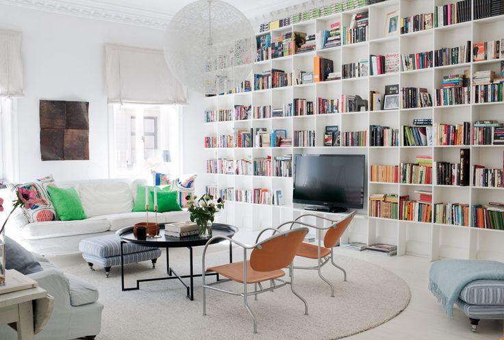 Multi function room: library, living room, entertainment center. Denise Rudberg - Sköna hem