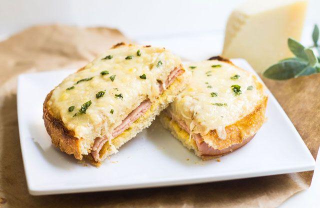 Croque-monsieur au jambon et boursin WW,recette d'un bon sandwich gratiné à base de pain de mie, de tranches jambon et de boursin ail et fines herbes, facile à faire et tout simplement parfait pour un repas léger accompagné d'une bonne salade.
