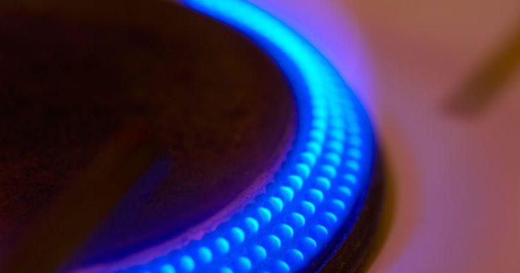 Cómo construir una estufa de leña con un tambor. Las estufas hechas con un barril de acero no son algo que vemos todos los días. Estas se utilizan sobre todo en lugares donde las fuentes de calor no están disponibles, tales como talleres, cabinas de caza o sótanos. Puedes utilizar una estufa de tambor de madera en tu casa, siempre y cuando se coloque lejos de los niños, ya que la estufa puede ...