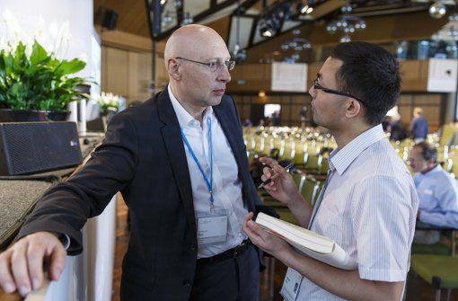 Stefan Hell im Gespräch mit einem Wissenschaftler. Foto: Veranstalter http://www.stuttgarter-zeitung.de/inhalt.nobelpreistraegertagung-sie-setzen-alles-auf-eine-karte.c161ea5f-f108-4ee2-b1ae-309744be9f7f.html