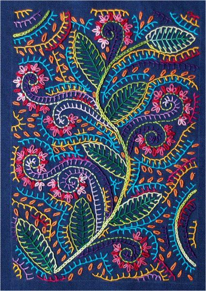 Almofada bordada com folhas e vários pontos