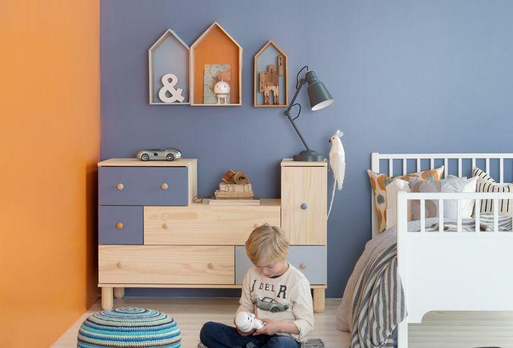 SMARTE MÅTER Å SKAPE FORNYELSE I fargepalettene våre kan du velge ut en eller flere hovedfarger, og supplere med detaljfarger. Disse kan du bruke på mindre områder, møbler eller gjenstander i rommet. Å presentere en farge to steder, kan være en tilfeldighet. Å presentere en farge tre steder, viser et valg. VEGG VENSTRE 5872 GIRAFF VEGG BAK 5874 DONGERI - Butinox Interiør Barnerom GULV 5502 KREM  - Tresjerner Gulvmaling HUS VENSTRE 5873 BLÅSE HUS MIDTEN 5872 GIRAFF - Butinox panel, dør  vindu