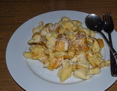 Für den Topfen-Grieß-Schmarren die Eier trennen. Die Dotter mit Zucker und Vanillezucker schaumig rühren. Topfen mit Sauerrahm und Maisstärke