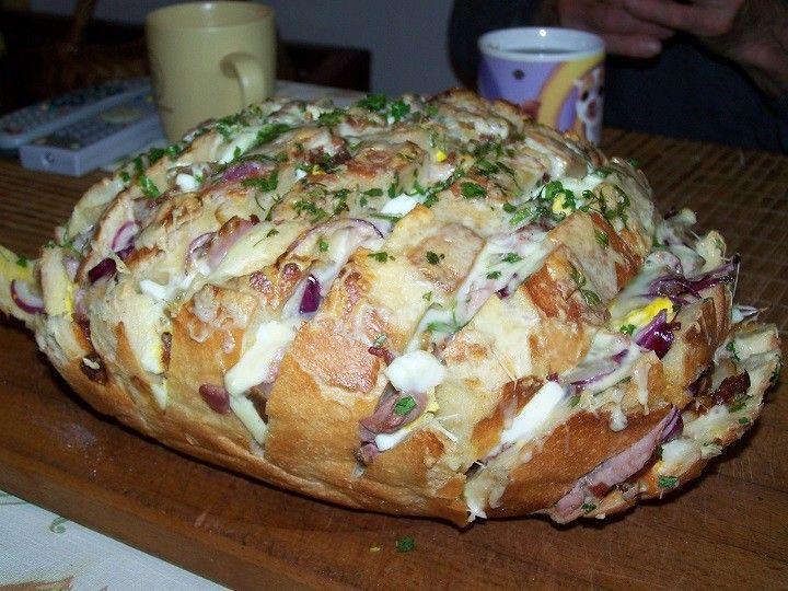 Az eredeti képen nekem úgy tűnt, hogy csak sajtokkal van telerakva a kenyér, de az ünnepekre való tekintettel (meg amúgy is) minden finomság volt...