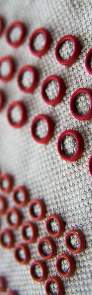 Borchie Griffe - Borchie graffate rosse su tessuto tinta naturale