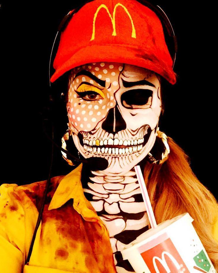 mujer con maquillaje de esqueleto y mcdonalds