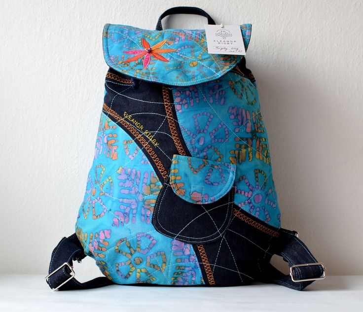 RIGBY+bag+no.+43+Pestrobarevný+převážně+azurový+batůžek+je+ušit+z+oblíbené+ručně+tištěné+Bali+batiky,+která+je+vždy+originální+a+svojí+barevností+vyjímečná.+Uvnitř+batůžku+je+modrá+podšívka,+menší+uzavíratelná+kapsička+na+zip.+Celý+batůžek+lze+stáhnout+šnůrkou+a+uzavřít+na+knoflík+(který+je+rafinovaně+schovaný+pod+klopou+batůžku).+Do+batůžku+se...