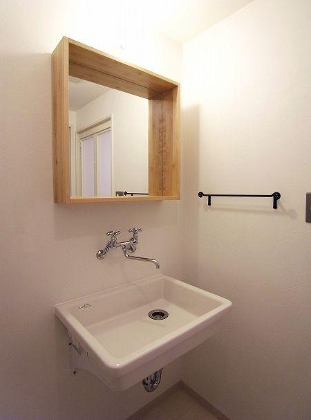 何も置けなさそうな洗面台なので、鏡につけられた木枠は重宝出来そう。