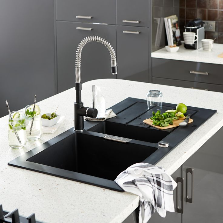 Where would we be without pull-out spray taps? They make washing the dishes less of a chore and more of a pleasure. Why not opt for a contemporary tap with black accents to complement your high gloss kitchen?